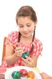Meisje dat een ei schildert royalty-vrije stock afbeeldingen