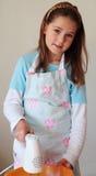 Meisje dat een elektrische mixer met behulp van stock afbeelding