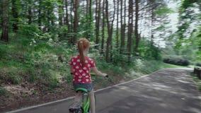 Meisje dat een fiets berijdt stock video