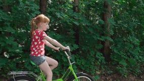 Meisje dat een fiets berijdt stock videobeelden
