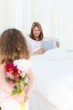 Meisje dat een gift aanbiedt aan haar grootmoeder Royalty-vrije Stock Foto