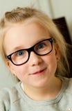 Meisje dat een grappig gezicht trekt Royalty-vrije Stock Afbeeldingen