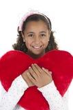 Meisje dat een hart gevormd hoofdkussen in haar wapens houdt Royalty-vrije Stock Foto