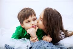 Meisje dat een jongen kust Het concept liefde en Valentine ` s D Royalty-vrije Stock Foto