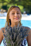 Meisje dat een lavendel houdt Stock Fotografie