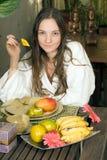 Meisje dat een Mango eet - verticaal Stock Foto