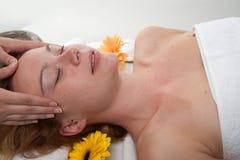 Meisje dat een massage heeft stock afbeeldingen