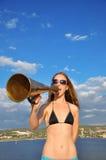 Meisje dat in een megafoon schreeuwt stock foto's