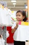 Meisje dat een overhemd met een af:drukken toont royalty-vrije stock afbeeldingen