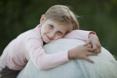 Meisje dat een paard berijdt royalty-vrije stock afbeeldingen