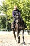 Meisje dat een paard berijdt Stock Fotografie