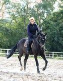 Meisje dat een paard berijdt Royalty-vrije Stock Fotografie