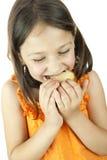 Meisje dat een plak van cake eet Stock Foto's
