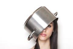 Meisje dat een pot draagt als hoed stock afbeeldingen