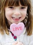 Meisje dat een rood hart houdt stock afbeelding