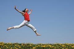 Meisje dat in een sprong vliegt Stock Afbeeldingen