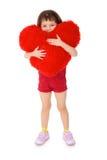 Meisje dat een stuk speelgoed hart op een wit koestert Royalty-vrije Stock Foto
