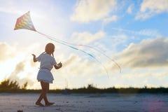 Meisje dat een vlieger vliegt Stock Foto