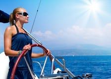 Meisje dat een Zeilboot vaart Stock Foto's