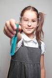 Meisje dat experimentresultaten toont Royalty-vrije Stock Afbeelding