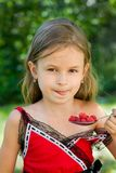 Meisje dat framboos eet Stock Afbeelding