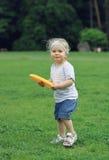 Meisje dat Frisbee speelt stock fotografie