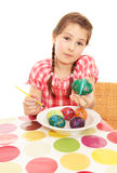 Meisje dat geschilderd ei toont Stock Foto