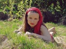 Meisje dat in gras ligt Royalty-vrije Stock Afbeelding