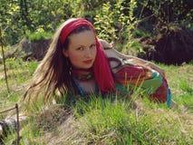 Meisje dat in gras ligt Royalty-vrije Stock Fotografie