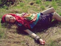 Meisje dat in gras ligt Stock Foto's