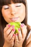 Meisje dat groene appel eet stock foto