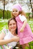 Meisje dat haar moeder omhelst Stock Afbeelding