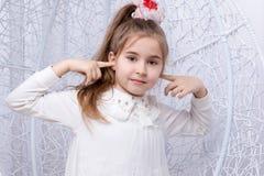 Meisje dat haar oren behandelt royalty-vrije stock foto's