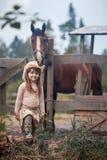 Meisje dat haar paard voedt Stock Foto's