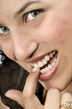 Meisje dat haar spijker bijt Stock Foto
