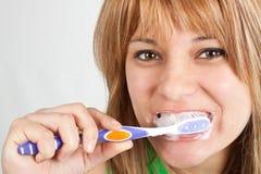 Meisje dat haar tanden borstelt Royalty-vrije Stock Fotografie