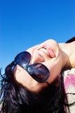 Meisje dat haar tong en het glimlachen toont Stock Foto's