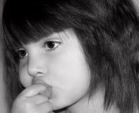 Meisje dat Haar Vinger zuigt Stock Afbeeldingen