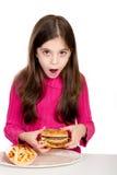 Meisje dat hamburger kijkt royalty-vrije stock afbeeldingen