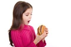 Meisje dat hamburger kijkt stock afbeelding