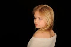 Meisje dat in handdoek wordt verpakt Stock Foto's