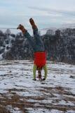 Meisje dat handstand doet Royalty-vrije Stock Foto's