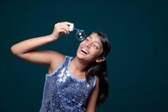 Meisje dat hangende zeepbel waarneemt Royalty-vrije Stock Foto's