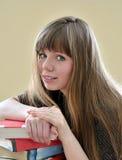 Meisje dat heel wat boeken in de bibliotheek neemt Royalty-vrije Stock Afbeelding