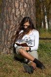 Meisje dat het boek in het park leest royalty-vrije stock afbeelding