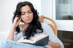 Meisje dat het boek leest Stock Foto's