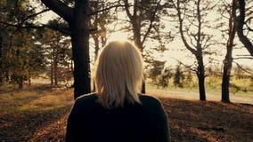 Meisje dat in het bos loopt stock videobeelden