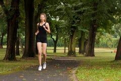 Meisje dat in het park loopt Royalty-vrije Stock Fotografie