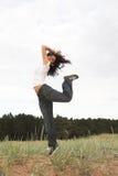Meisje dat in het park springt stock foto's
