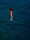 Meisje dat in het water springt Royalty-vrije Stock Afbeeldingen